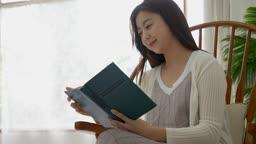 교감 가족 의자에 앉아 책 읽는 여성 모습