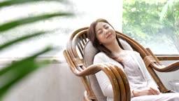 교감 가족 의자에 기대 잠을 청하는 여성 모습