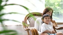 교감 가족 엄마 무릎에 앉아있는 아들 모습