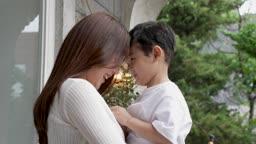 교감 가족 이마 맞대고 웃는 엄마와 아들 모습