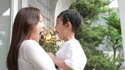 교감 가족 입벌리고 장난치며 웃는 엄마와 아들 모습