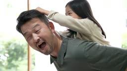 교감 가족 아빠 등에 업혀 머리카락 잡고 장난치는 딸 모습