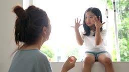 교감 가족 엄마에게 매니큐어 바른 손 보여주는 딸 모습