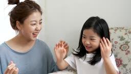 교감 가족 손을 흔들어 매니큐어 말리는 딸과 지켜보는 엄마 모습
