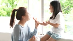 교감 가족 매니큐어 바른 딸 손에 바람을 불어서 말려주는 엄마 모습