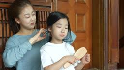 교감 가족 머리 빗는 있는 딸과 머리 묶어주는 엄마 모습