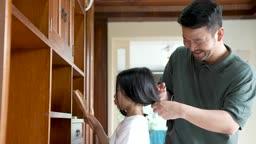 교감 가족 빗을 만지는 딸과 머리 묶어주는 아빠 모습