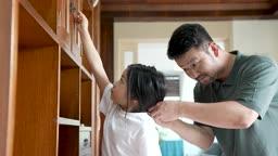 교감 가족 딸의 머리를 묶어주는 아빠 모습