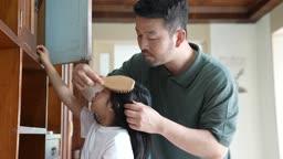 교감 가족 빗으로 딸의 머리를 빗겨주는 아빠 모습