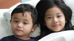 교감 가족 하얀 이불을 덮는 여자 어린이와 남자 아이 모습