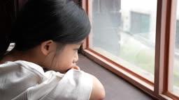 교감 가족 창 밖을 바라보는 여자 어린이 모습