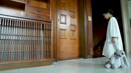 교감 가족 문을 열어 살펴본 후 문을 닫고 노크하는 여자 어린이 모습