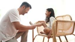 교감 가족 의자에 앉아있는 딸에게 양말 신겨주는 아빠 모습