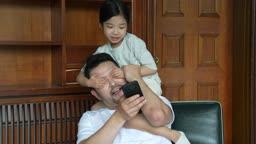 교감 가족 스마트폰 만지는 아빠의 눈을 가리며 방해하는 딸 모습