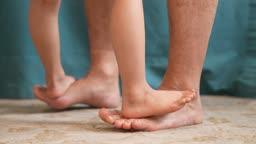 교감 가족 아빠 발등을 밟고 올라선 어린이 발 모습