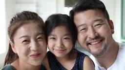 교감 가족 얼굴을 기대고 함께 웃는 가족 모습