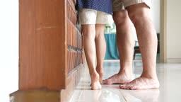 교감 가족 까치발 든 어린이 발 모습