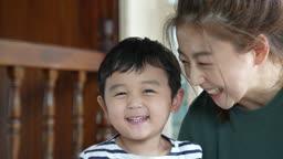 교감 가족 함께 웃는 엄마와 아들 모습