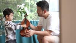 교감 가족 아들에게 바이올린 가르쳐주는 아빠 모습