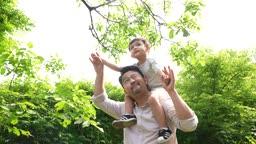 교감 가족 아빠 어깨 위에 목말 탄 아들 모습