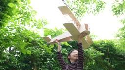 교감 가족 나무 비행기 모형 가지고 노는 여자 어린이 모습