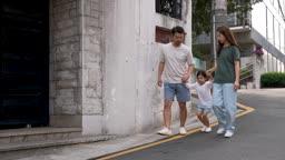 교감 가족 딸의 손을 잡고 공중으로 들어올려주는 아빠와 엄마 모습