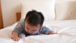 침대에 누워 고개 들고 있는 아기 모습