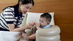 가족 이유식 먹이는 젊은엄마와 아기 모습