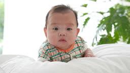 베개 위 아기 모습