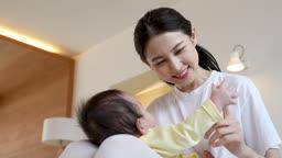 가족 서로 마주보고 있는 아기와 젊은엄마 모습