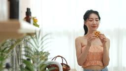 와플 먹으면서 미소짓는 젊은여자 모습
