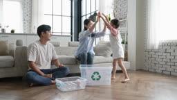 가족 재활용 페트병 재활용함에 정리하는 가족 모습