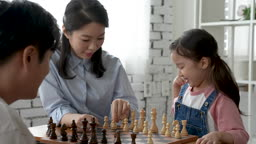 가족 즐겁게 체스 게임하는 가족 모습