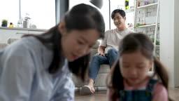 가족 즐겁게 블록놀이 하는 엄마와 딸을 바라보는 아빠의 모습