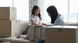 가족 집 이사준비 대화 나누며 박스 테이핑하는 엄마와 딸 모습
