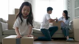 가족 집 이사준비 대화 나누며 박스 테이핑하는 가족 모습