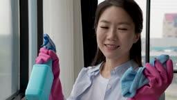 가족 가정주부 창문에 세정제 뿌려 청소하는 엄마 모습