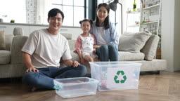 가족 재활용 페트병 재활용함 앞에 앉아 미소 지으며 카메라 응시하는 가족 모습