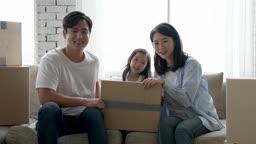 가족 집 이사준비 박스들고 미소 지으며 카메라 응시하는 가족 모습