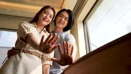 반지공방 반지 매장에서 반지끼고 손 내밀고 미소 지으며 카메라 응시하는 젊은 커플 남녀 모습