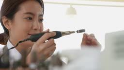 반지공방 반지 제조 과정 모습 작업실에서 그라인더로 반지를 다듬는 젊은여자 모습