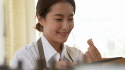 반지공방 반지 제조 과정 모습 작업실에서 완성된 반지를 미소 지으며 돌려보는 젊은여자 모습