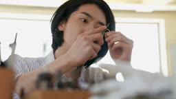 반지공방 반지 제조 과정 모습 작업실에서 반지를 다듬는 젊은남자 모습