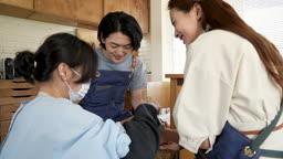 반지공방 반지 제조 과정 모습 반지 재료에 망치로 이니셜 새기는 방법에 대한 교육을 듣는 젊은 남녀 커플 모습