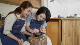 반지공방 반지 제조 과정 모습 반지 재료에 망치로 두드리며 이니셜 새기는 젊은 남녀 커플 모습