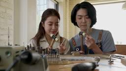 반지공방 반지 제조 과정 모습 반지 재료에 망치로 두드리며 다듬는 젊은 남녀 커플 모습