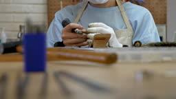 반지공방 반지 제조 과정 모습 그라인더로 반지 다듬는 젊은여자 손 모습