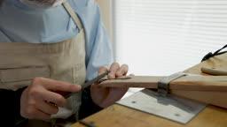 반지공방 반지 제조 과정 모습 반지 다듬는 젊은여자 손 모습