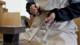반지공방 반지 제조 과정 모습 망치로 반지를 두드리며 다듬는 젊은여자 손 모습