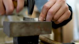 반지공방 반지 제조 과정 모습 망치로 반지 재료를 두드리며 다듬는 젊은여자 손 모습